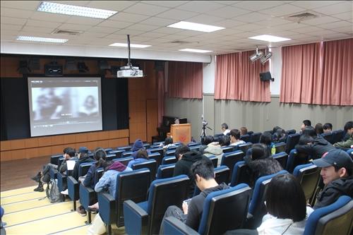 同學仔細聆聽並紀錄創作影片的細節