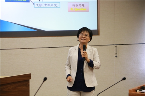 課程所陳麗華老師分享如何撰寫研究計畫
