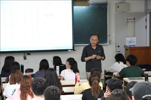 行銷管理課程管科系李培齊老師聆聽學生意見分享