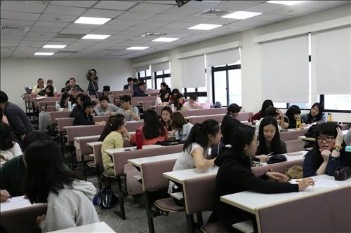 同學們進行主題討論,並給予報告小組評分