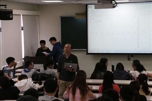 同學們協助計算該兩組的報告分數