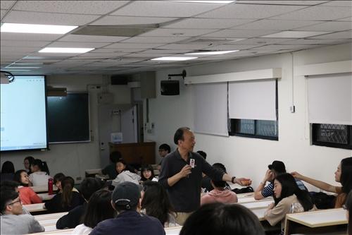 李培齊老師隨機抽點另一組同學進行報告
