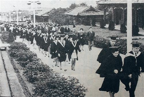 民國57年6月,首屆新制夜間部畢業生遊園,當時宮燈道旁的柏樹還是幼小樹苗,現已高過屋簷。