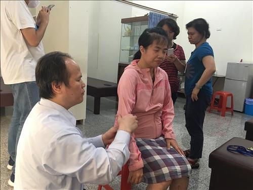 講師示範,經穴位置與手勢。