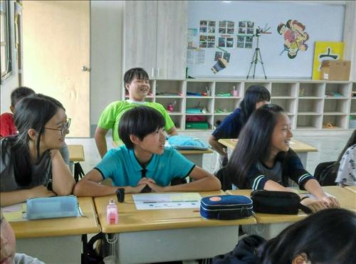 學生投入課程笑容滿面