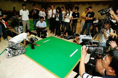 本校18日上午邀請媒體記者參與「淡江機器人實境體驗SHOW」,電機系機器人團隊在淡水校園覺生國際會議廳展現其優異的研發創新能力。