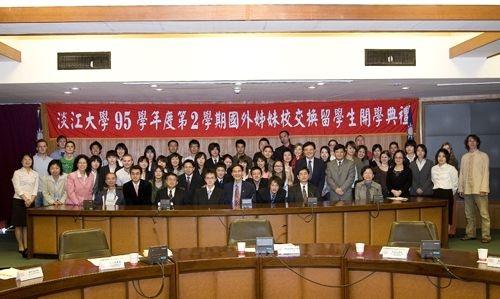由本校學術副校長馮朝剛主持的95學年度第2學期國外姊妹校交換留學生開學典禮,於3月2日上午11時10分在驚聲國際會議廳舉行,八方英雄好漢齊聚淡江。