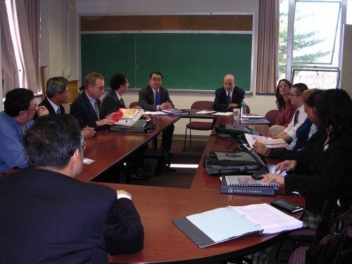 國際學院一行人於4月3日參加與美利堅大學國際關係學院合辦「Globalization and East Asia」研討會,邀請李大維開幕致詞,包括美國名校約翰霍普金斯大學與喬治華盛頓大學的教授均與會發表論文。戴萬欽院長表示,美利堅大學的國際關係學院學士班在全美排名第11名,碩士班為第9名,贏過不少名校,是以外交專業見長的大學。本校這次除了參加研討會外,另有一項重大任務,就是與美利堅大學洽談雙學位方案,日前兩校已經互換合約,未來將有可能簽訂為姐妹校。開會期間駐美代表李大維亦於雙橡園設宴款待,一行人並轉往布魯金斯研究所,拜會前美國在台協會理事主席卜睿哲,對目前的國際情勢交換意見。