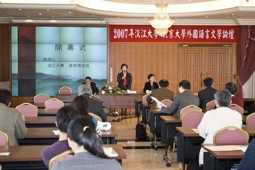 以「外國文學」「語言學」「外語教學」及「翻譯」等四方面來探討較適合華人的外語教學為主題的「2007年淡江大學-北京大學外國語言文學論壇」,在淡水校園舉行。