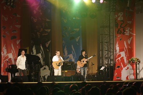「唱自己的歌演唱會 30年後再見李雙澤」演唱會於淡水校園學生活動中心舉行,老中青歌手齊聚,淡江人獨特的凝聚力、向心力讓人感動不已。