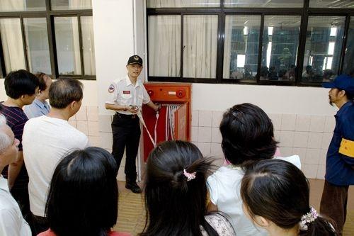 96年度防護團常年訓練24日在工學大樓週邊實施「災害防救訓練」,並於鍾靈化館實施逃生演練,加強本校防護團與全體師生對災害之認識與防範。