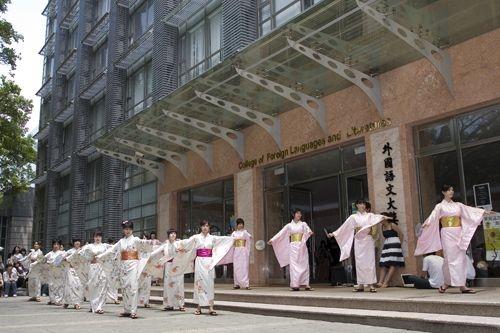 「外語週」於本週在外語大樓前、海報街展開,動人的各國舞蹈表演、文物美食讓全校動起來。