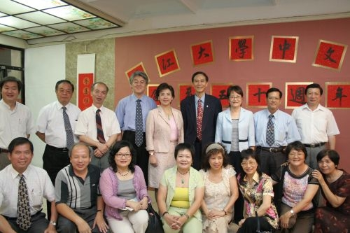 中文系為慶祝50週年系慶,於商館展示廳舉行師生書畫藝文展、學術成果展,以及「搖紙鋪景慶中文」活動。