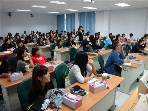 101學年度英文系全校大三出國留學說明會