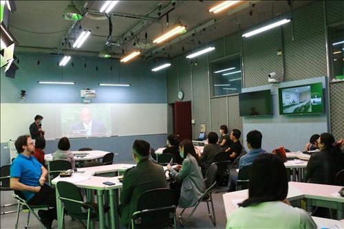 胡老師透過影片,用於訓練學生英語聽力。