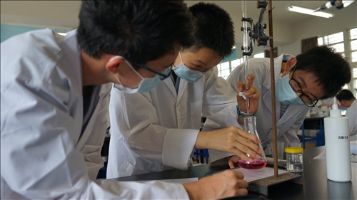 新泰國中的同學神情專注的進行水質檢測實驗操作