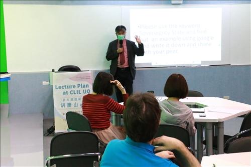 胡老師解釋專有名詞應以關鍵字的方式進行教學。