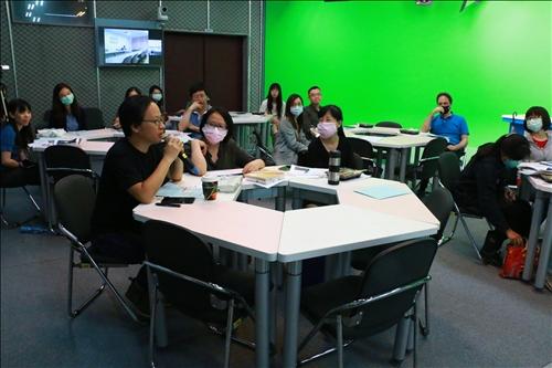在座老師提出「大班級課程如何使用CLIL」 之提問。
