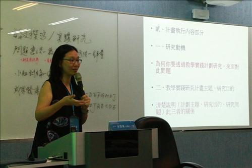 李雪菱副教授說明教學實踐研究計劃的內容如何撰寫