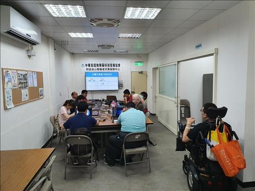 講師透過分組與桌遊訓練學員創意