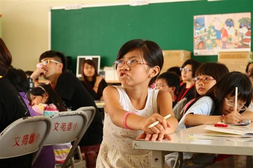 本校實驗劇團下鄉教導小朋友看戲、演戲。