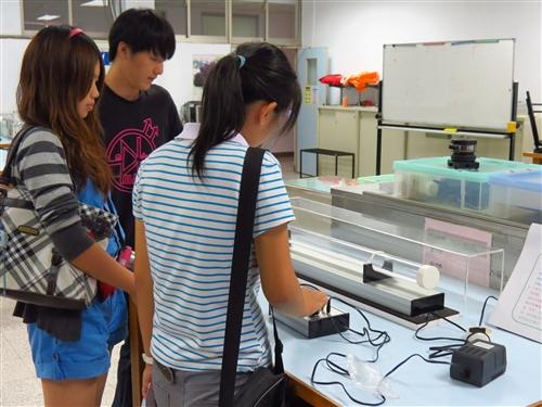 高中生用心、動腦在淡水校園玩科普。