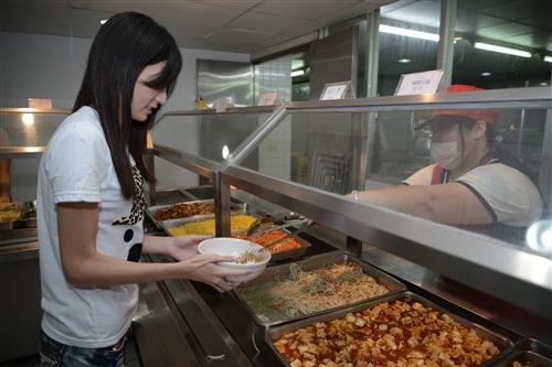 「愈環保愈便宜」:總務處推動校內餐廳分級價、大小碗公開學禮。