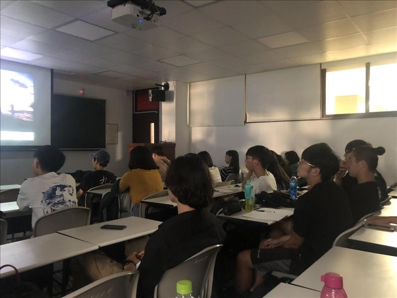 學生們專心聆聽講座