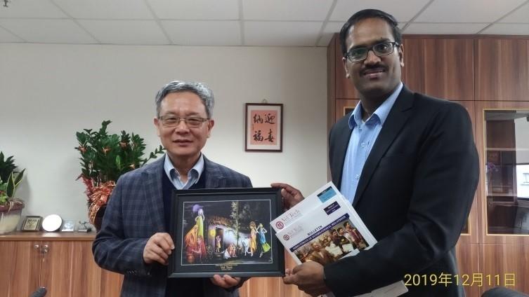 Sivaperumal教授與國際副校長王高成教授合影