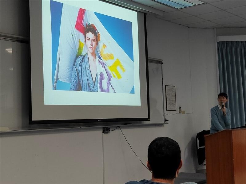 老師解釋自己在拍攝關於同志平權的攝影與創作繪本,並鼓勵學生勇於表達自己