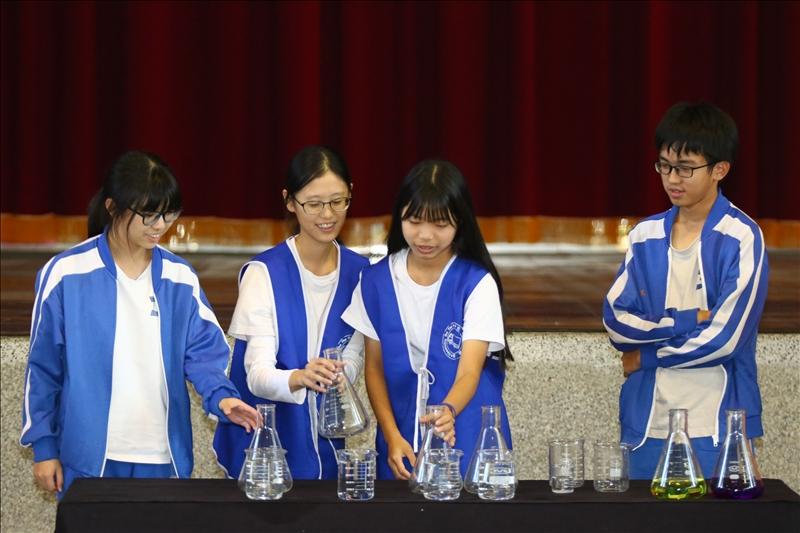 四位美濃國中的同學上台參與彩虹橋的實驗表演,正在挑選自己想操作的錐形瓶