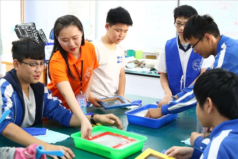淡江工作人員正在教導同學們如何自製紙