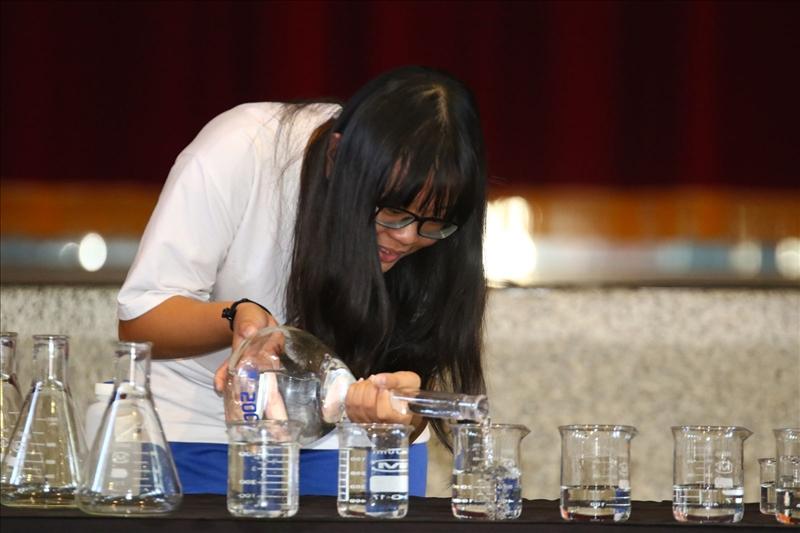 美濃國中的同學正專注的分裝500毫升的實驗用水至各個燒杯