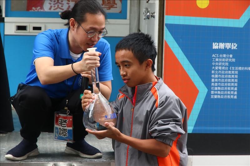 老譚正在向茂林國中的同學解釋定量瓶的刻度標示如何觀看