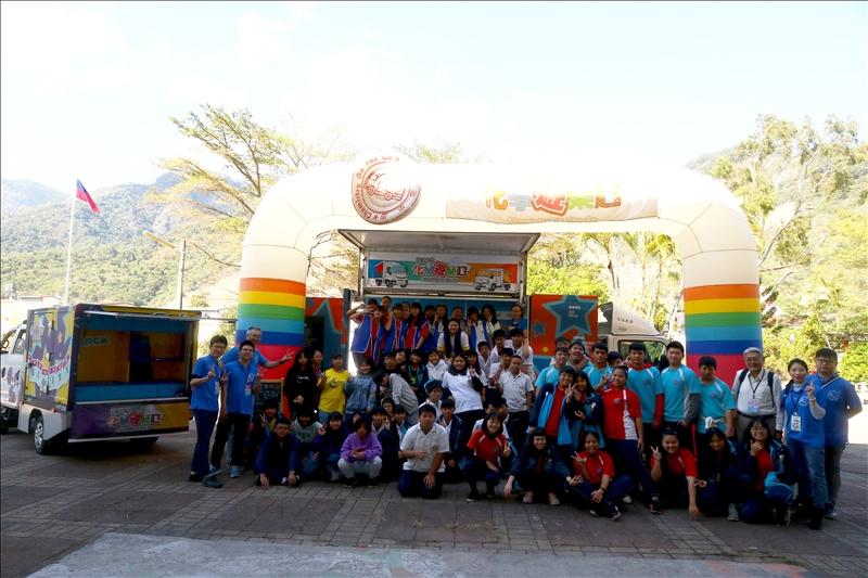 寶來國中的師生與淡江工作人員們一起在實驗前進行大團拍