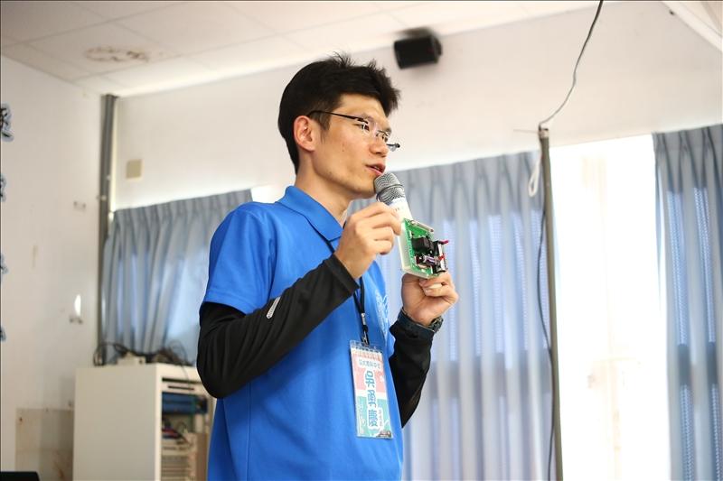 清大原科中心的大哥哥正在給同學們介紹輻射偵測器的構造