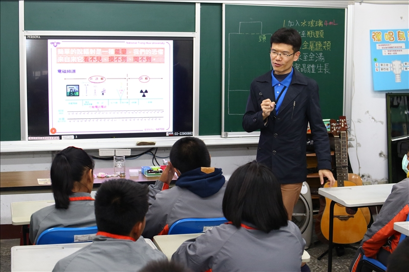 清大原科中心研究員正在向同學講解輻射的原理
