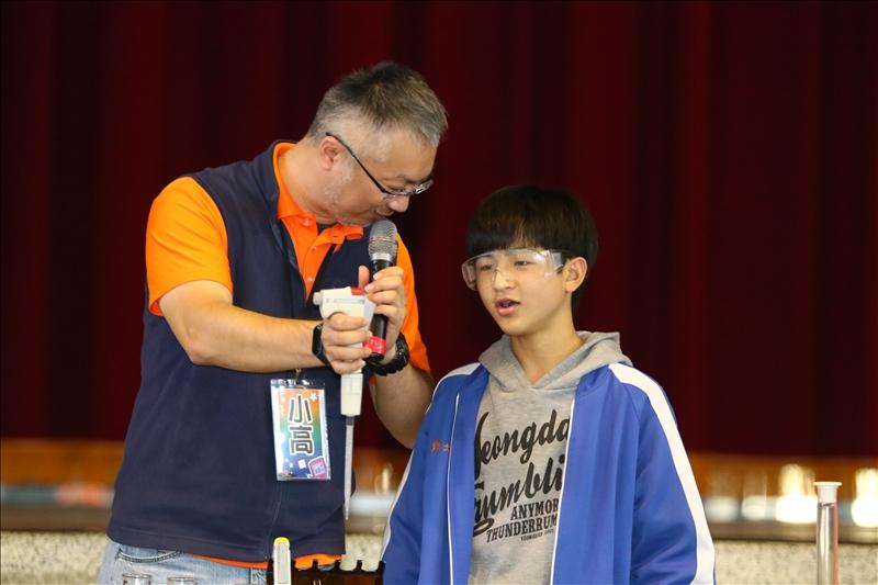 小高博士正在指導美濃國中的同學如何使用微量吸量管