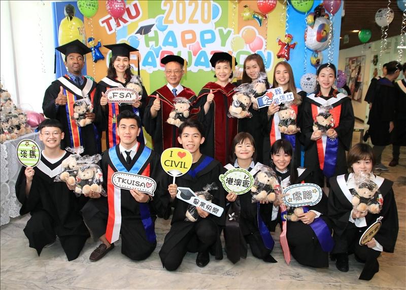 國際處贈熊歡送畢業生